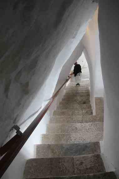 Snævre trappeskakter langs bjergsiden